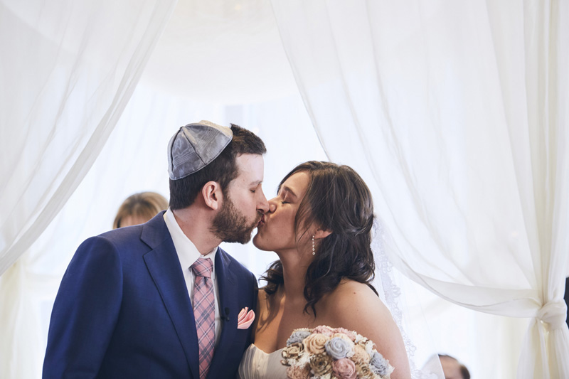 jewish brides and grooms kiss