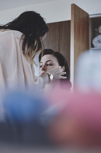 bride putting makeup