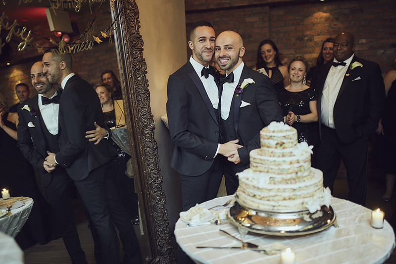 wedding couple cutting the cake